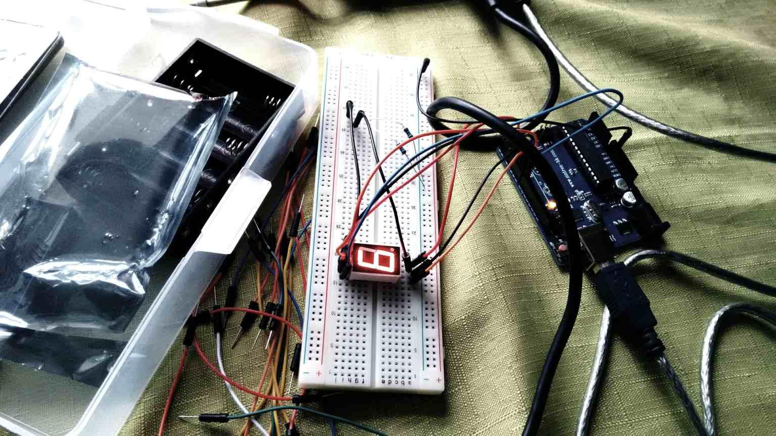breadboard with arduino uno and 7 segment led