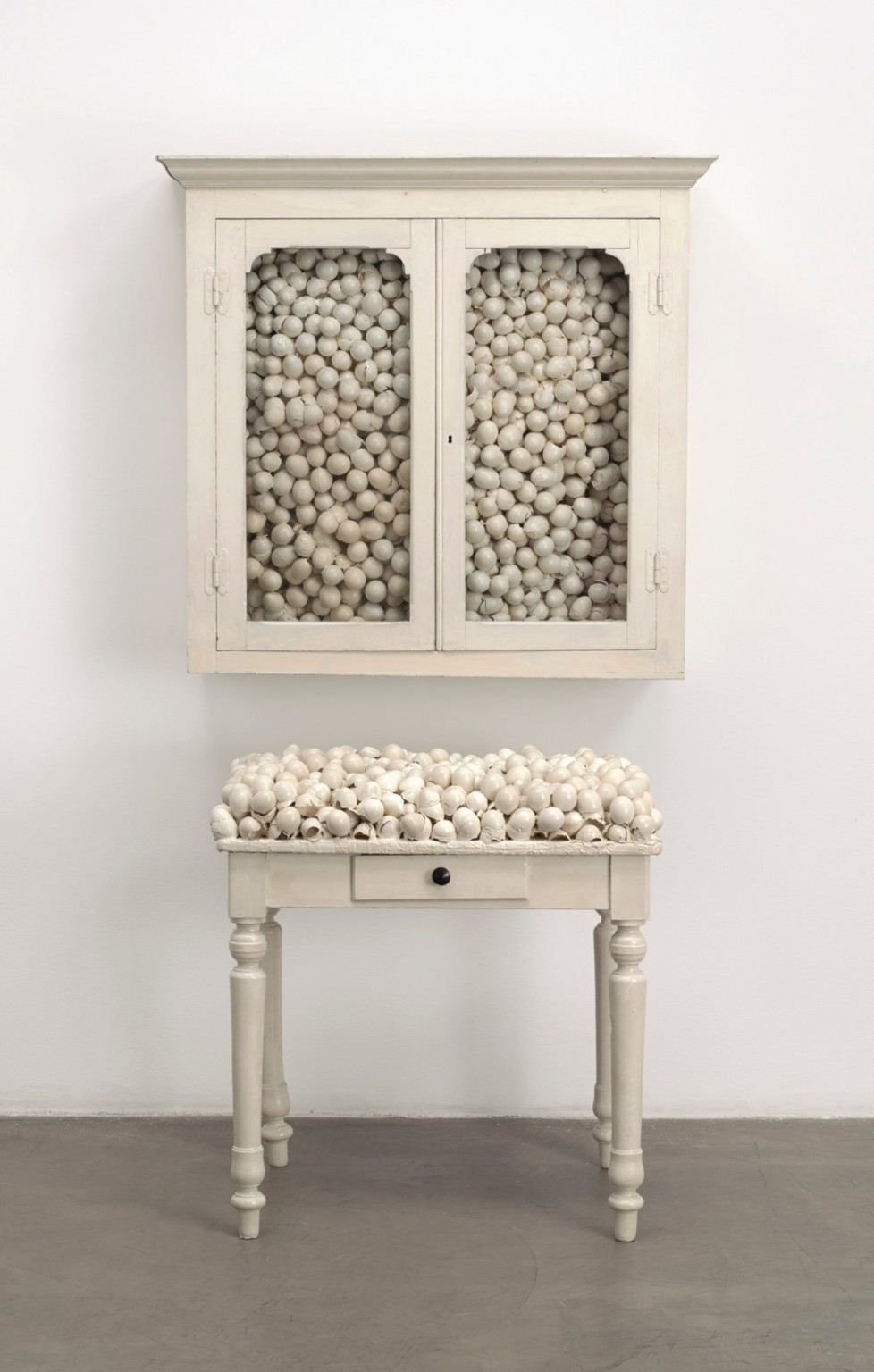 marcel-broodthaers-armoire-blanche-et-table-blanche-white-cabinet-and-white-table-1965-1200x1884