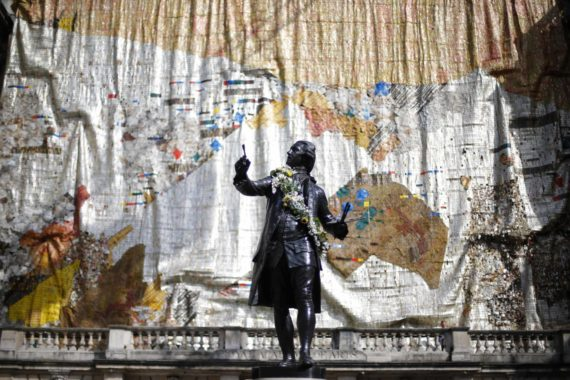 El Anatsui, TSIATSIA – searching for connection, installed on the facade of Burlington House on the occasion of the 245th Summer Exhibition, 2013. Collection of El Anatsui