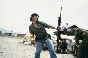 Susan Meiselas, Sandinistas at the walls of the Esteli National Guard headquarters, Esteli, Nicaragua, 1979 © Susan Meiselas, 2018